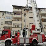 FOTO: Intervenție a pompierilor voluntari pentru îndepărtarea zăpezii de pe acoperișurile unor clădiri