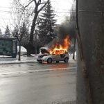 FOTO/VIDEO: O mașină a luat foc pe Bulevardul Decebal. Flăcările au distrus-o în proporție de 80 la sută